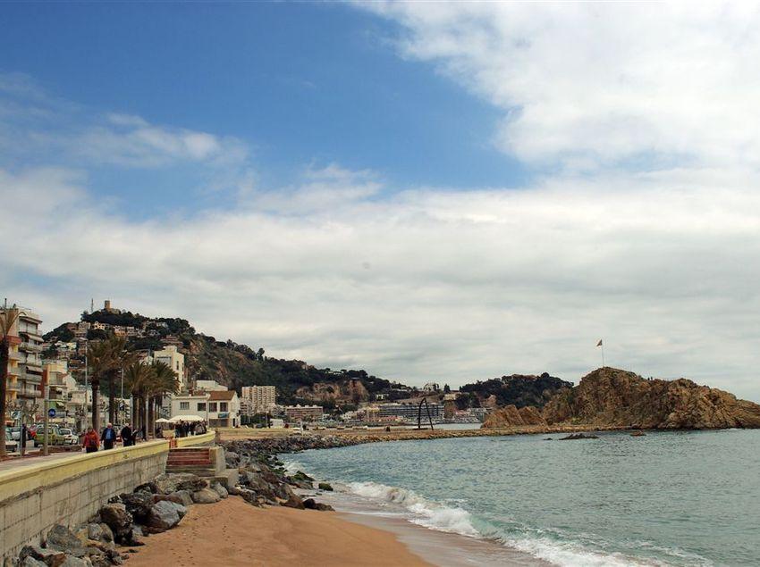 Si t'atures a Blanes, aprofita per passejar per les seves platges. (Fundació Turística Santa Susanna)