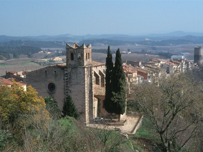 El majestuós castell d'Hostalric, situat dalt d'un turó.(Fundació Turística Santa Susanna)