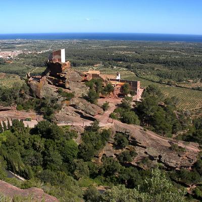 L'ermita de la Mare de Déu de la Roca, de Mont-roig, està integrada a la muntanya vermella de la Roca. (Oficina de turisme de Mont-roig del Camp)