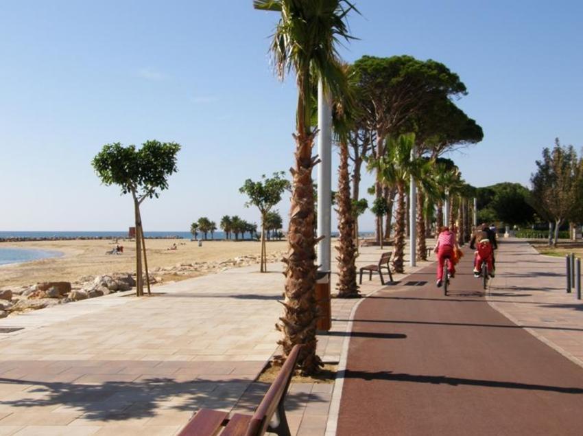 El carril bici de Cambrils és molt agradable per pedalar vora el mar i sense presses. (Oficina de turisme de Mont-roig del Camp)