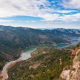 El pantà de Siurana es troba entre la serra del Montsant i les muntanyes de Prades. (Oficina de turisme de Mont-roig del Camp)