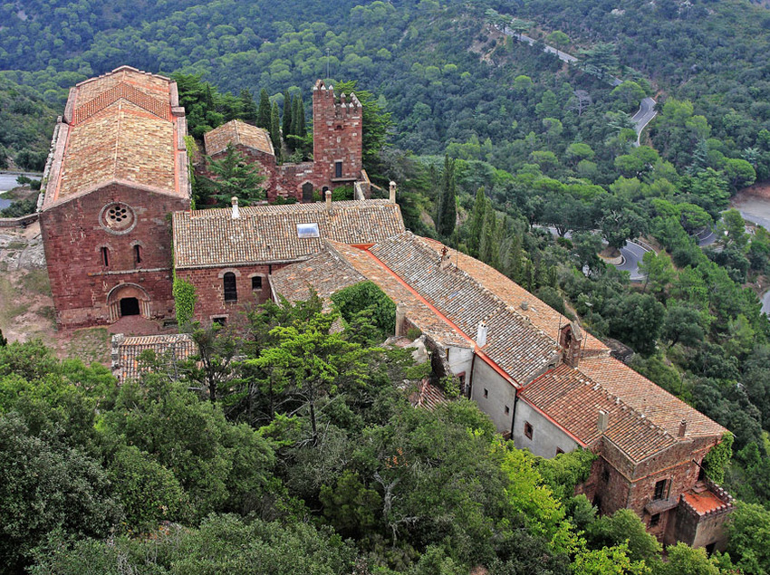 El castell d'Escornalbou, situat sobre un puig, és tota una atracció turística de la ruta. (Oficina de turisme de Mont-roig del Camp)