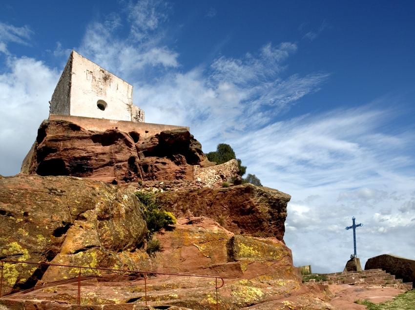 Les ermites integrades a la muntanya vermella de la Roca, un dels llocs més característics de Mont-roig del Camp.(Oficina de turisme de Mont-roig del Camp)