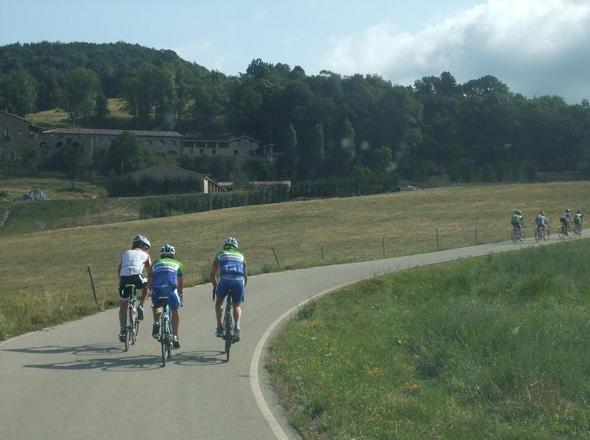 <p>Grup de ciclistes en plena ruta per la Costa Brava.&#160;(Oficina Municipal de Turisme de Blanes)&#160;</p>