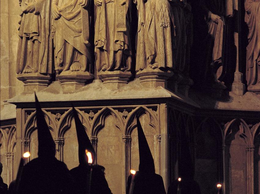 Procesión del Viernes Santo ante la catedral en Tarragona.  (Rafael López-Monné)