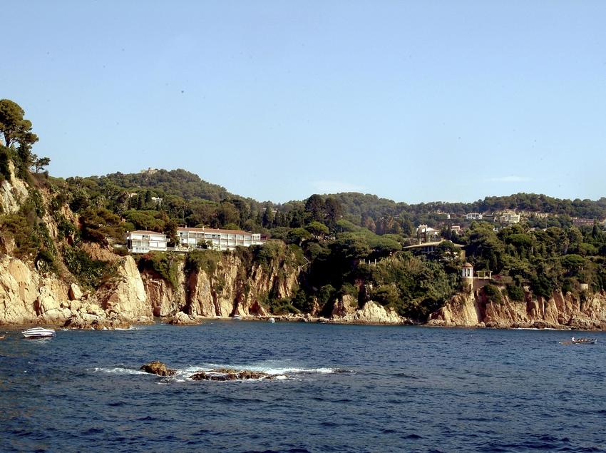 A la cala Sa Forcanera de Blanes només s'hi pot accedir amb vaixell, ja que està sota un penya-segat.(Oficina Municipal de Turisme de Blanes)