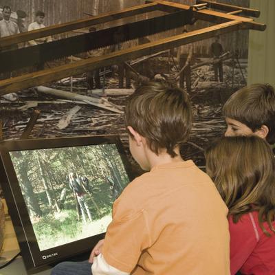 Els nens observen la feina dels llenyataires. (© Museu de la Vida Rural, Espluga de Francolí)