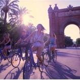 Grupo de personas en bicicleta delante del arco del Triunfo.