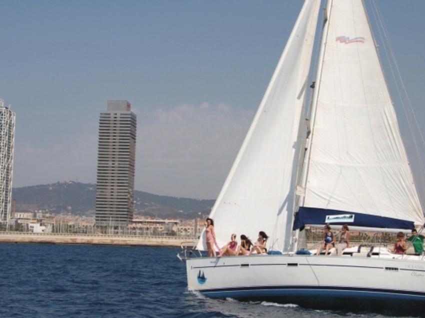 Gaudeix Barcelona des del mar en veler