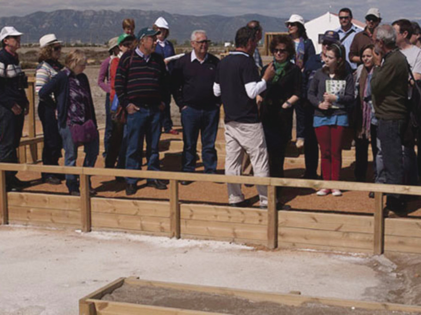 Grup de persones atenent les explicaciones del guia a l'exterior. (Fundació Catalunya-La Pedrera)