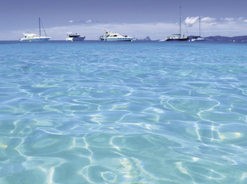 Aigües turqueses amb vaixells al fons   (3e Luxury Services)