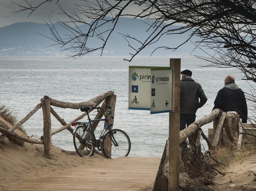 Dues persones mirant al mar en un punt de ruta a Empúries   (CVVGI. Jean Claude Martinez)