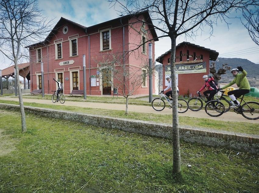 Ciclistas pasando al lado de la estación de Amer   (Jean Claude Martinez - CVVGI)