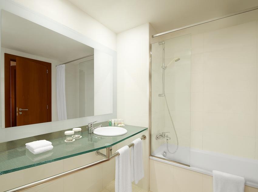 Baño de una habitación del hotel   (Four Points By Sheraton Barcelona Diagonal)