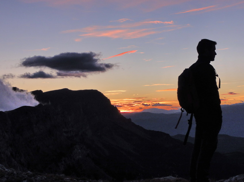 Perfil de un montañista observando el paisaje al amanecer   (Itineraris Geològics)