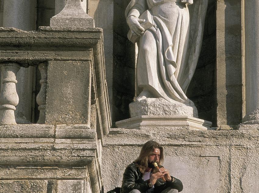 Estàtua de Sant Pere a la façana de la catedral de Girona.  (Servicios Editorials Georama)