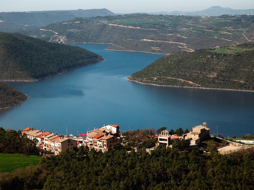Vista panorámica de Tiurana con el pantano de Rialb al fondo   (Ajuntament de Tiurana)