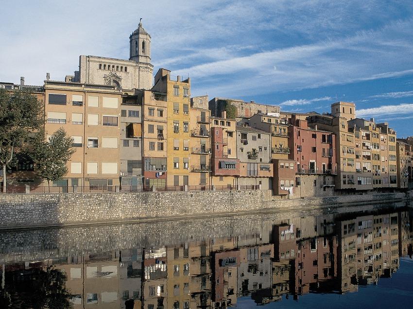 Casas junto al río Onyar y catedral de Girona.  (Servicios Editorials Georama)
