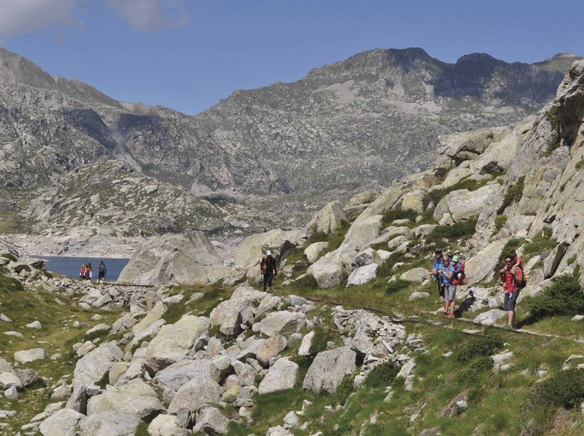 Familias haciendo senderismo interpretativo     (Guies Vall Fosca)