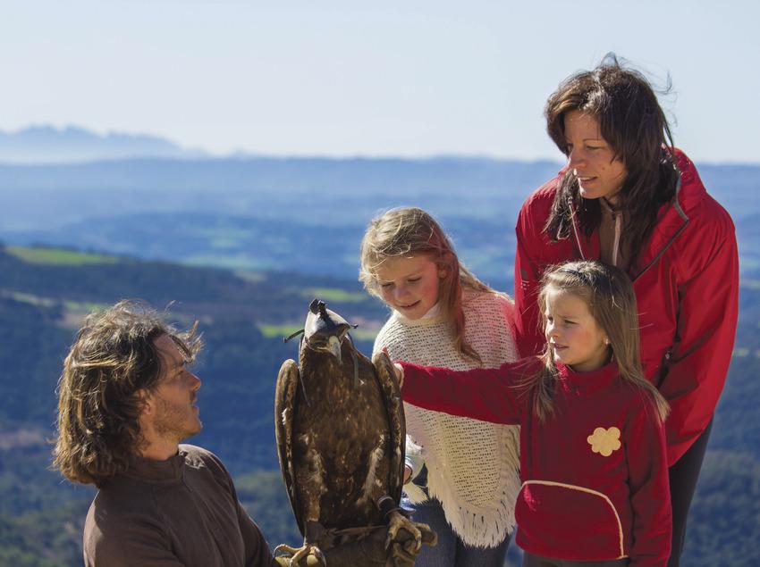 Niñas tocando el plumaje de un águila     (Zoo del Pirineu)