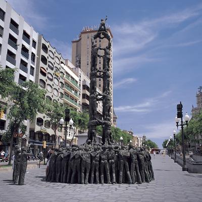 Monumento a los castellers (personas que hacen castells o torres humanas) en la Rambla Nova de Tarragona.  (Felipe J. Alcoceba)