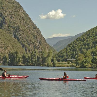 Kayacs a Llac de la Torrassa     (Consorci Turisme Valls d'Àneu)