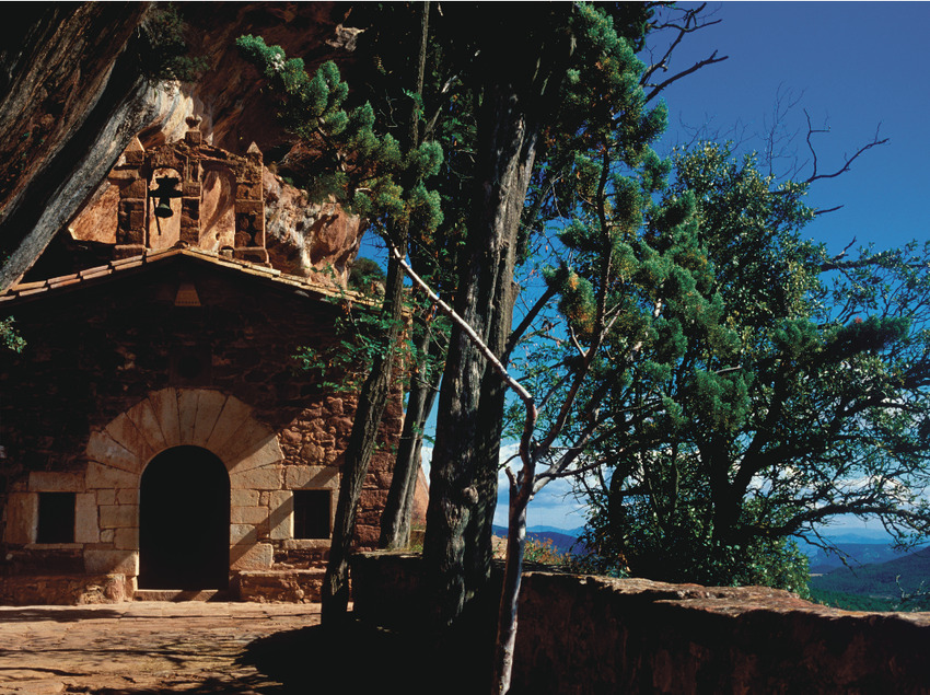 Ermita de la Abellera, al fondo los Motllats, cuenca alta del Brugent    (P. Ccal. de Turisme Muntanyes de la Costa Daurada)