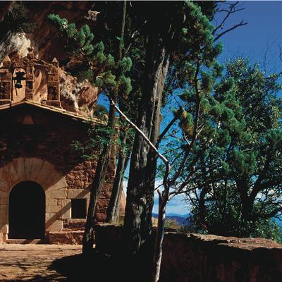 Ermita de l'Abellera, al fons els Motllats, conca alta del Brugent.    (P. Ccal. de Turisme Muntanyes de la Costa Daurada)