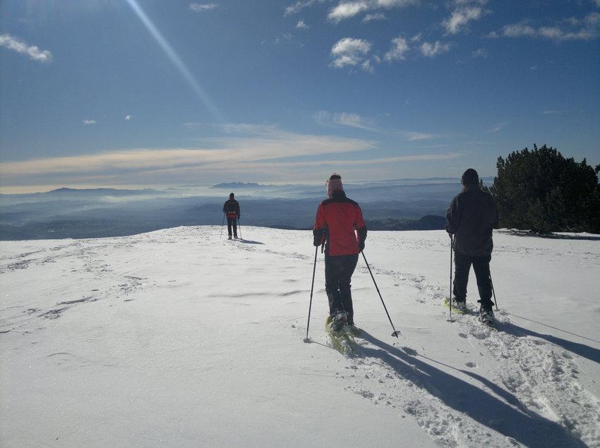 Arribada al cim de l'excursió amb raquetes de neu     (INDÒMIT Centre d'Aventura)
