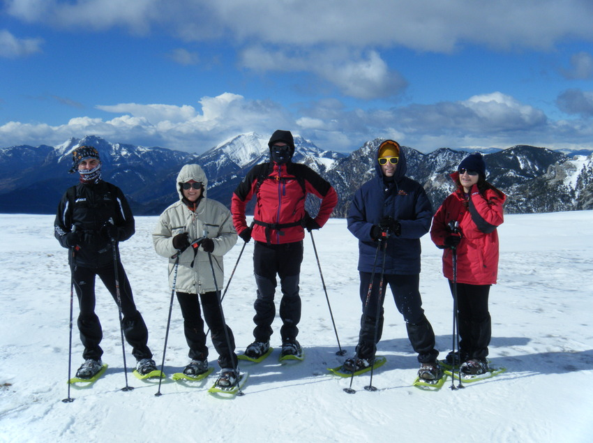 Grup excursionista amb raquetes de neu    (INDÒMIT Centre d'Aventura)