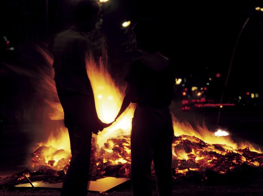 Hoguera de la noche de Sant Joan.  (Jordi Pareto)