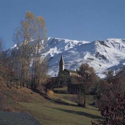 El poble d'Unha amb les muntanyes nevades al fons.    (Francesc Tur)