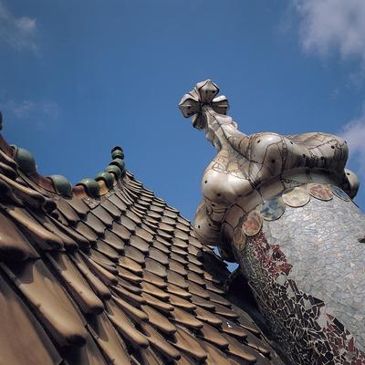 Teulada de ceràmica i torre rodona amb un copulí floral que sosté la creu de quatre braços (1904-06). Casa Batlló. Antoni Gaudí.   (Toni Vidal)