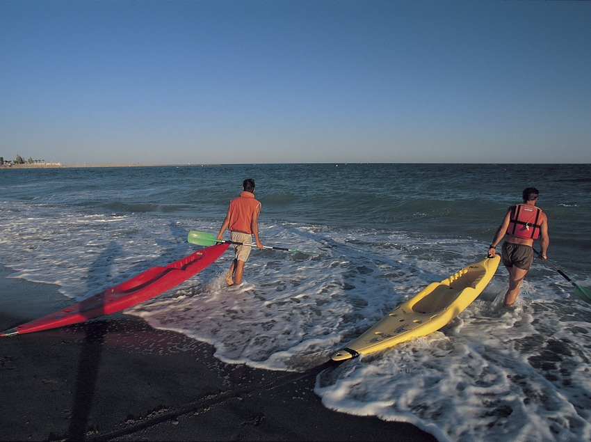 Canoes a punt d'entrar a l'aigua a la platja de l'arenal de l'Hospitalet de l'Infant