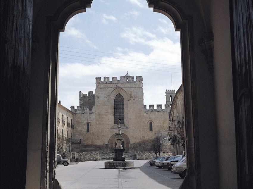 Monasterio cisterciense de Santes Creus. Plaza de Sant Bernat desde el Portal Real. Fachada principal de la iglesia y monumento a Sant Bernat Calbó   (Ramón Manent)