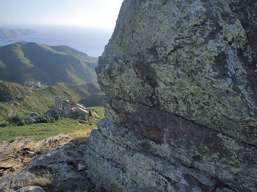 Roca amb líquens a la serra de Rodes, al Parc Natural del Cap de Creus