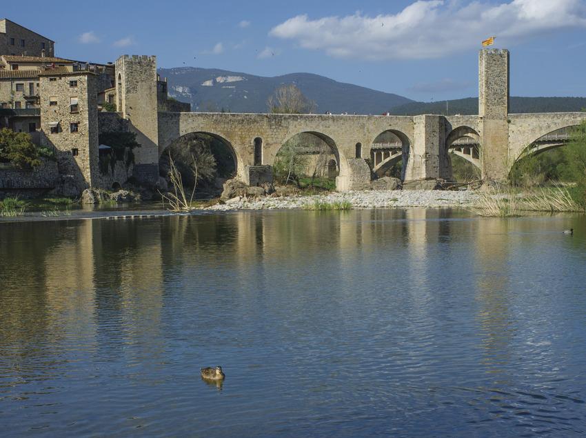 Puente y casas de Besalú con el río Fluvià en primer plano     (@ Departament de Presidència de la Generalitat de Catalunya)