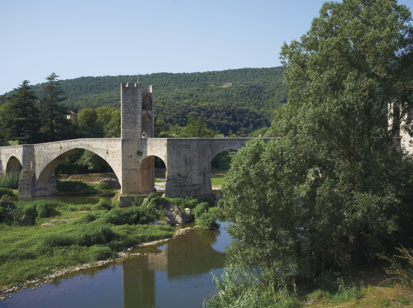 Puente de Besalú en medio de un verde paisaje     (@ Departament de Presidència de la Generalitat de Catalunya)