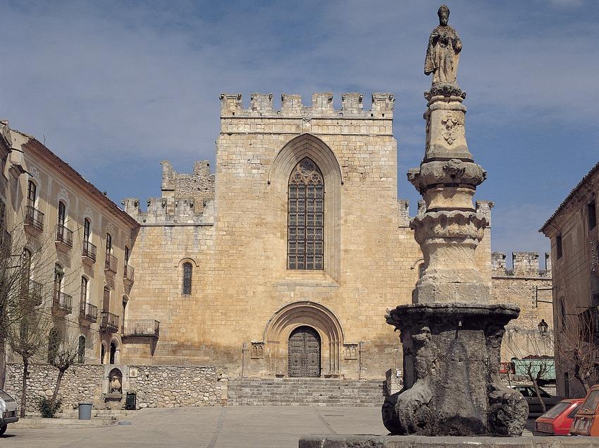 Monestir cistercenc de Santes Creus. Plaça de Sant Bernat. Façana de l'església i monument a Sant Bernat Calbó