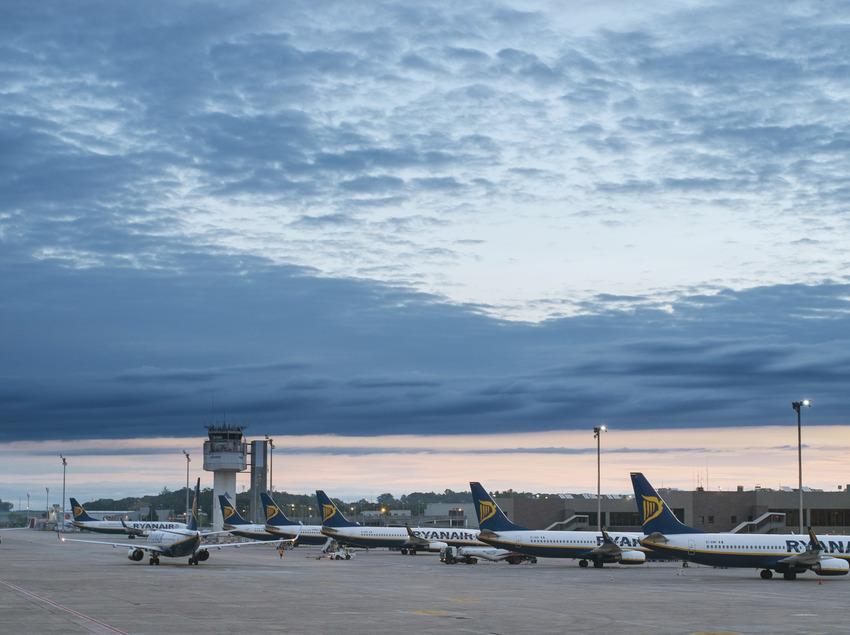 Avions aparcats a l'aeroport de Girona    Aquestes imatges han estat adquirides a través del projecte Eurocat dins el programa comunitari POCTEFA i, en aquest sentit la seva exhibició pública ha de portar els logos del seu finançament comunitari.  (@ Departament de Presidència de la Generalitat de C
