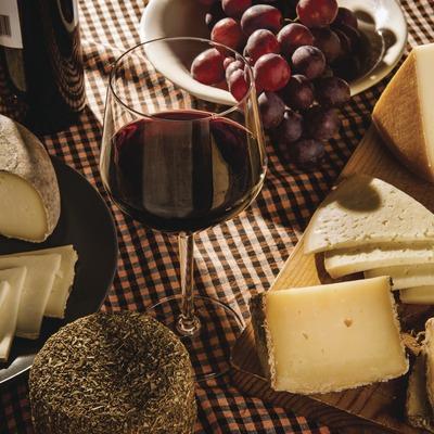 Vi i formatges. Copa de vi acompanyada de raïm i formatges catalans. (Marc Castellet)