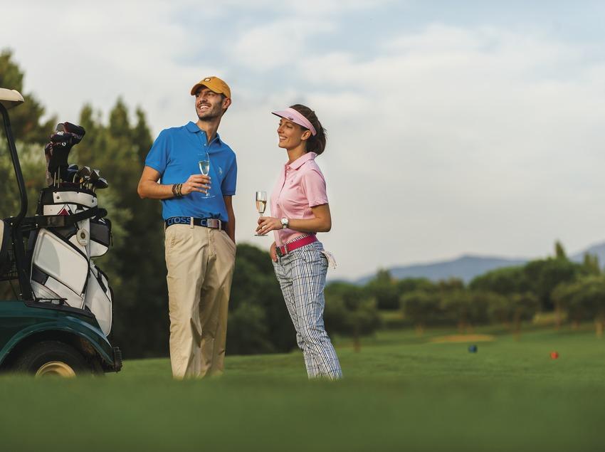 Club de Golf Peralada. Pareja de jugadores con copa de cava. (Marc Castellet)
