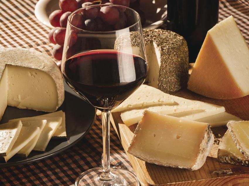 Vi i formatges. Copa de vi acompanyada de raïm i formatges catalans.