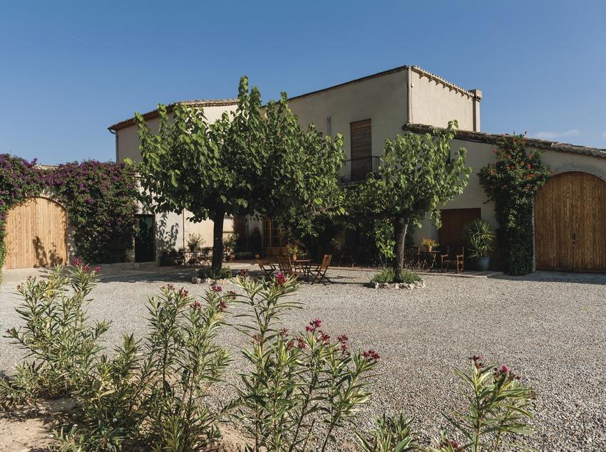 Mas Comptal, pati i façana de la masia-celler. (Marc Castellet)