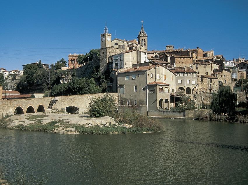 Teilansicht von der Altstadt mit der alten Brücke und dem Fluss Llobregat.