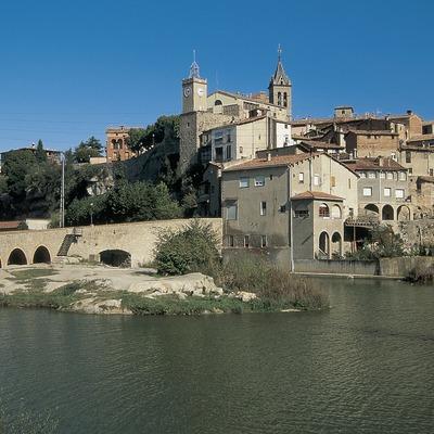 Vista parcial del centre històric amb el pont vell i riu Llobregat.