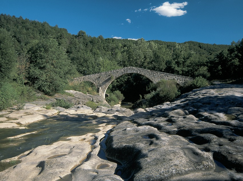 Pont medieval sobre el riu Merlès  (Servicios Editorials Georama)