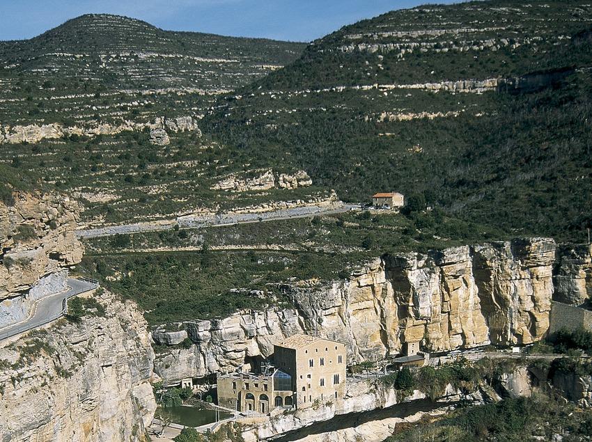 Monestir de Sant Miquel del Fai i el salt del riu Tenes.  (Servicios Editorials Georama)