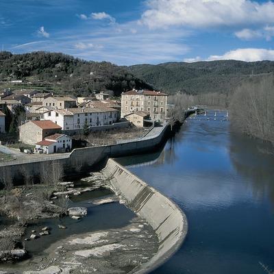 Vista de Montesquiu i el riu Ter.  (Servicios Editorials Georama)