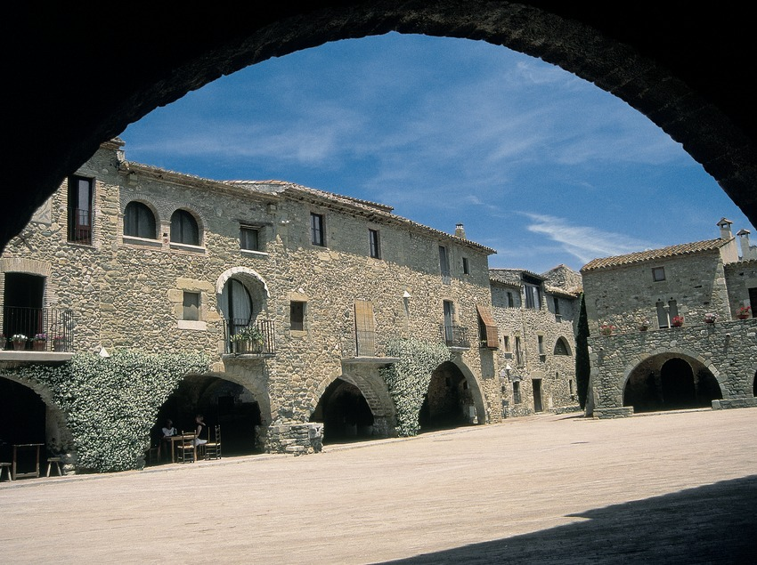 Porticoed square in Monells  (Servicios Editorials Georama)